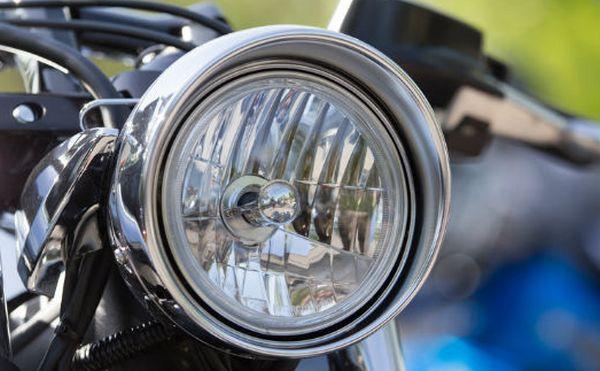 Quel type de phare choisir pour une conduite à moto plus sûre?